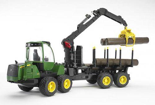 BRUDER 2133 John Deere 1210E lesnický traktor s přívěsem nakládacím ramenem
