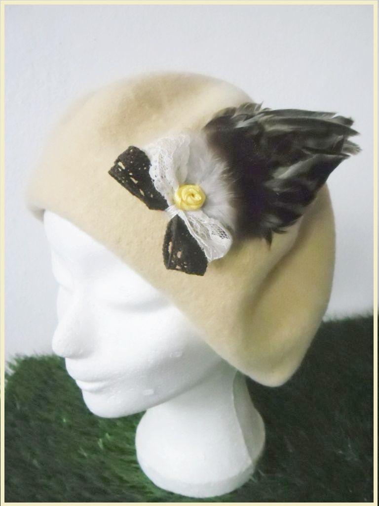 Ručně zdobený dámský baret KHALIA (Kachni peří)