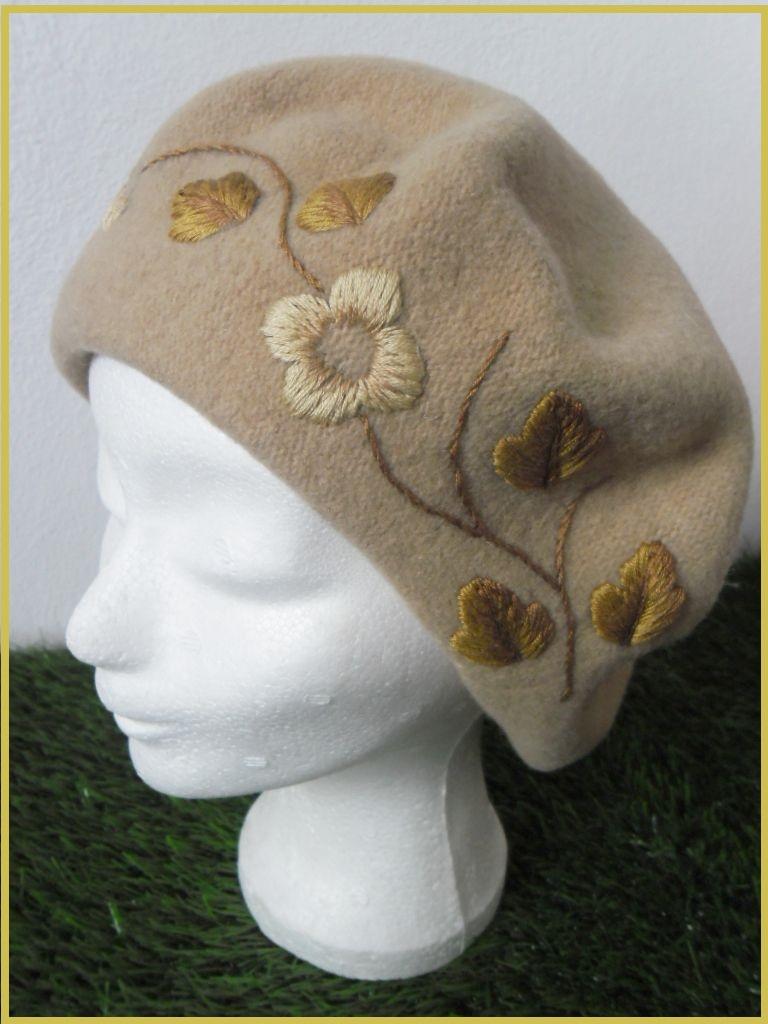 Dámský zdobený baret BEATA (Vyšívané květiny s lístky - světle hnědá)
