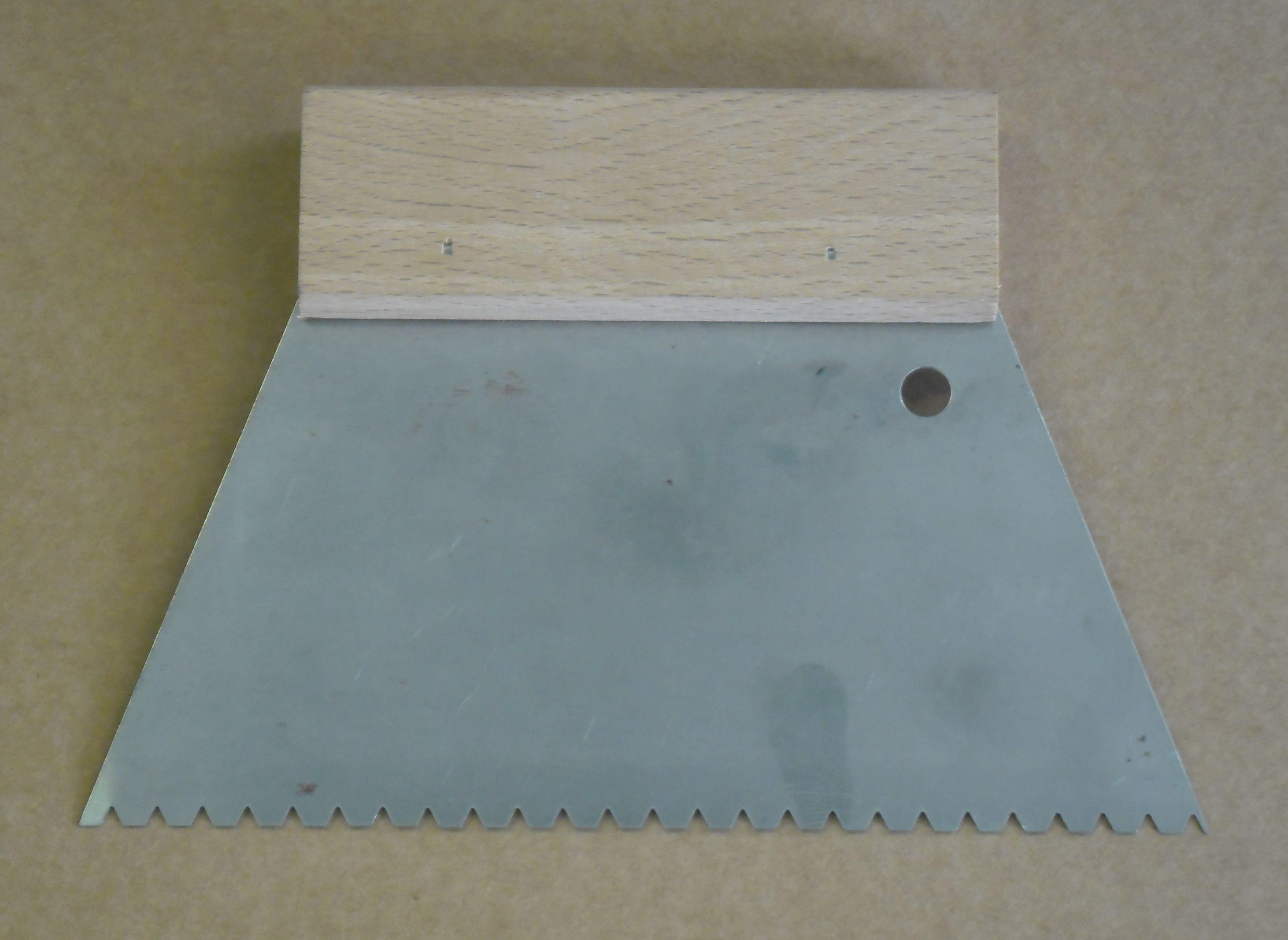 Podlahářská stěrka na lepidlo B3 180mm (ozubená špachtle)